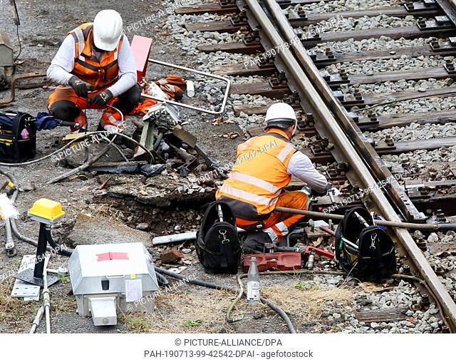 13 July 2019, North Rhine-Westphalia, Mülheim: Workers are repairing the rail network on the route between Essen and Duisburg, here at Mülheim