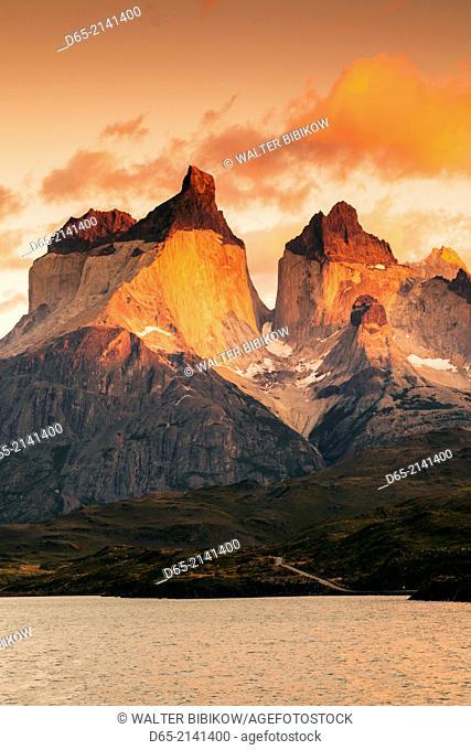 Chile, Magallanes Region, Torres del Paine National Park, Lago Pehoe, landscape, dawn