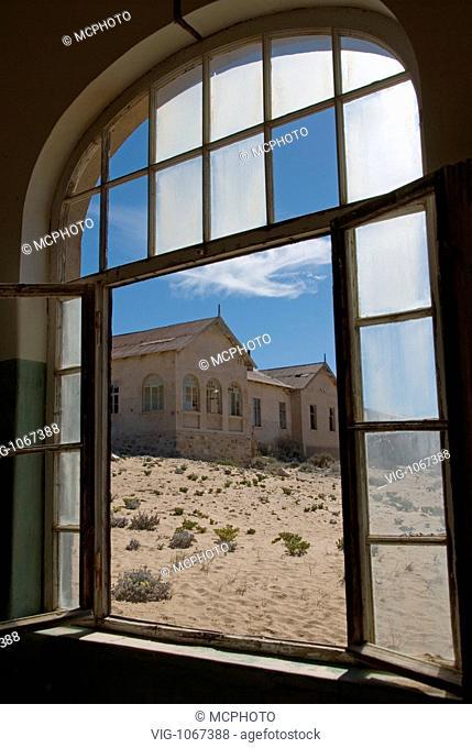 Afrika, Namibia, Lüderitz, Kolmanskop, Kolmanskuppe, Geisterstadt, Ruinen, verlassene Diamantenstadt, Blick aus dem Krankenhaus auf das Haus des Arztes -...