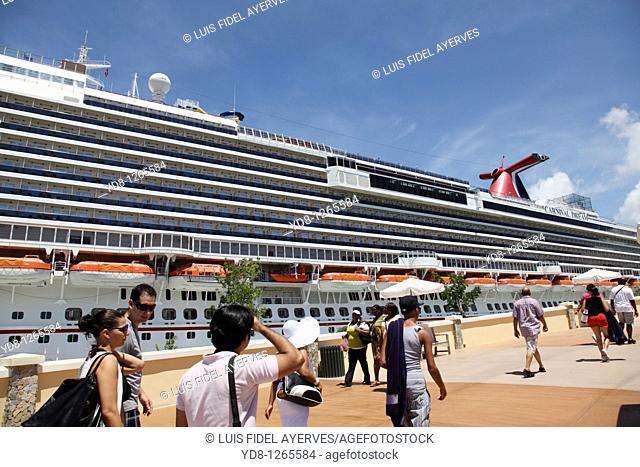 Tourists at the Port of Roatan Honduras