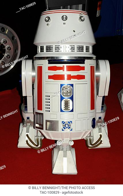 """R2D2 at the 84th Annual Hollywood Christmas Parade - """"""""The Magic of Christmas"""""""" Featuring Marine Toys for Tots Foundation - November 29, 2015"""