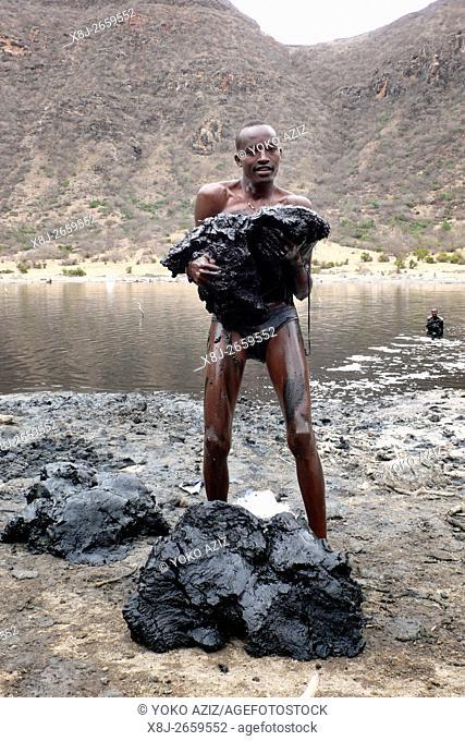 Giovane di etnia borana al lavoro nel cratere di el sod (Etiopia)