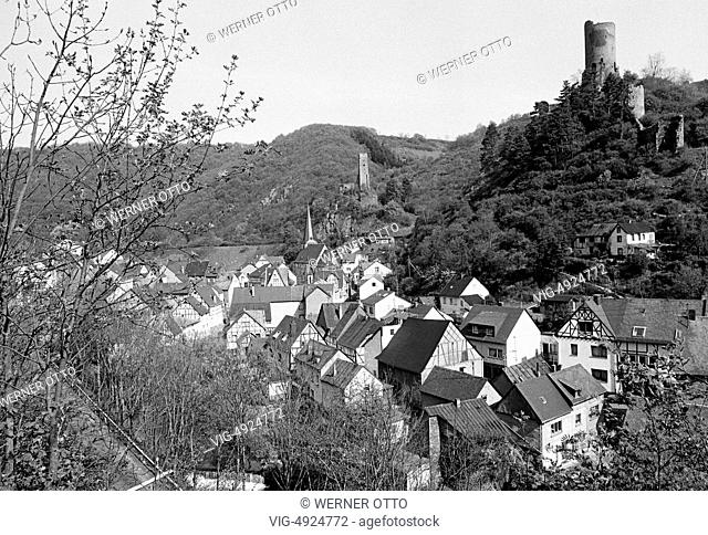 Eighties, D-Monreal, Elzbach, Eifel, Rhineland-Palatinate, panoramic city view, Elzbach valley, civil houses, parish church, Philipps Castle and Lion Castle