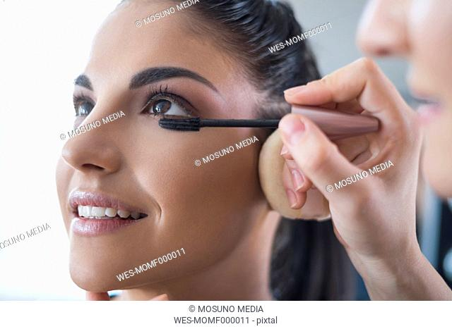 Visagiste applying mascara