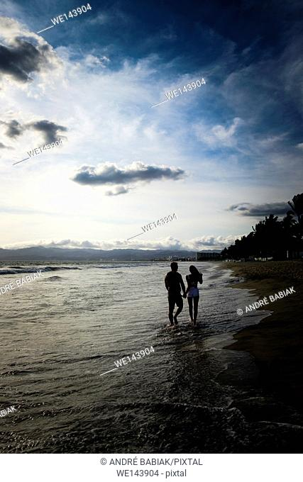 Silhouette of couple walking at the beach, Riviera Nayarit, Mexico