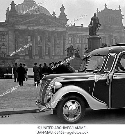 Eine Reisegruppe mit ihrem Bus vor dem Reichstagsgebäude in Berlin, Deutschland 1930er Jahre. A group of travellers with their coach in front of the Reichstag