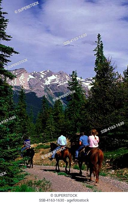 CANADA,ALBERTA,ROCKY MOUNTAINS, JASPER NATIONAL PARK, MALIGNE LAKE AREA, HORSEBACK RIDERS