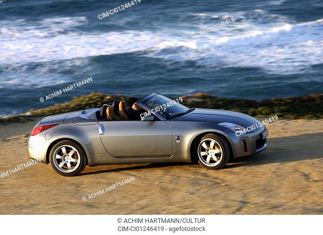 Car, Nissan 350 Z Roadster, model year 2004-, anthracite, Convertible, standing, upholding, side view, Meer, Water, Beach, open top