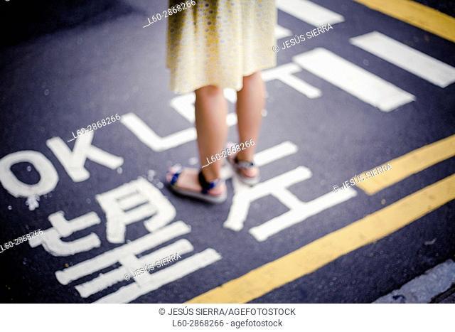 Girl wait in road, Kowloon, Hong Kong, China