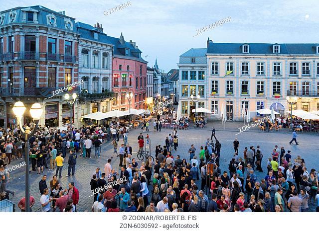 gut besuchte Grande Place in Mons ind er Abenddämmerung, Foto: Robert B. Fishman, 15.6.2014