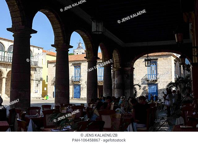 21.06.2018, Cuba, Havana: A cafe in the Plaza de la Catedral with the Museo de Arte Colonial art museum in the old town. In Havana is the largest surviving...