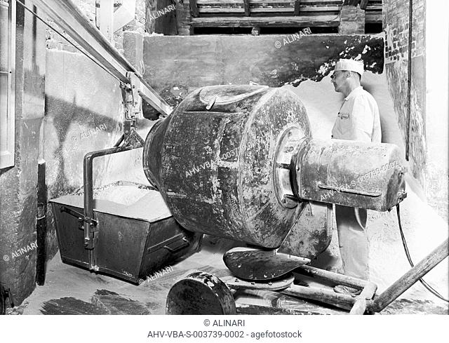 Machinery for glass working at the Vetrosilex factory in Castel Maggiore, Bologna, shot 18/08/1958 by Villani, Studio