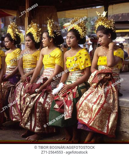Indonesia, Bali, Sukawati, Pura Puseh Temple, odalan, festival, women,