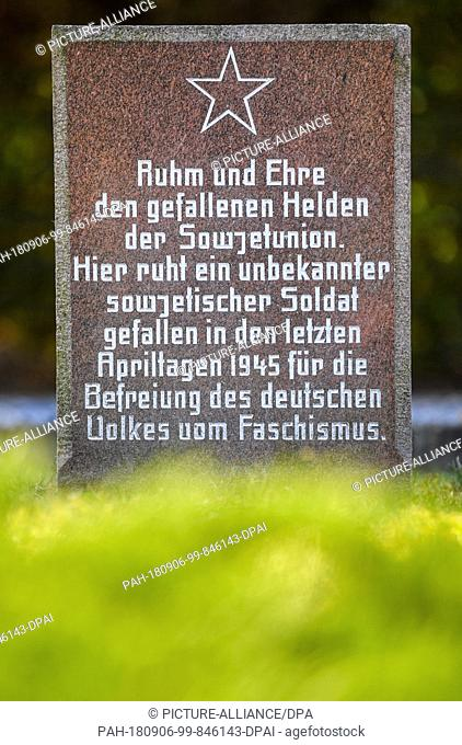 06.09.2018, Brandenburg, Lebus: A memorial plaque for a Soviet soldier killed and unknown in World War II can be seen on the Soviet war gravesite