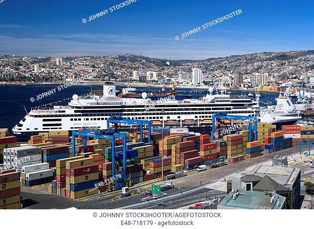Container port barrio puerto. Valparaiso. Chile