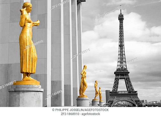 France, Paris, The Eiffel tower and the statues of the Palais de Chaillot