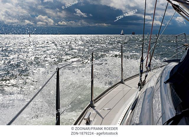 spritzende Gischt am Bug einer Segeljacht