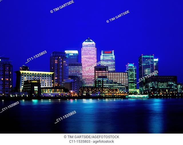canary wharf isle of dogs from across river thames dusk sunset london england uk