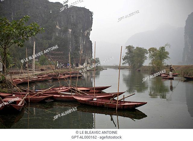 SMALL BOATS IN THE TERRESTRIAL HA LONG BAY, TAM COC, NEAR NINH BINH, VIETNAM, ASIA
