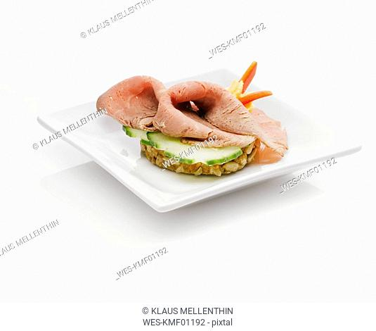 Sandwich with roast beef and cucumber slices