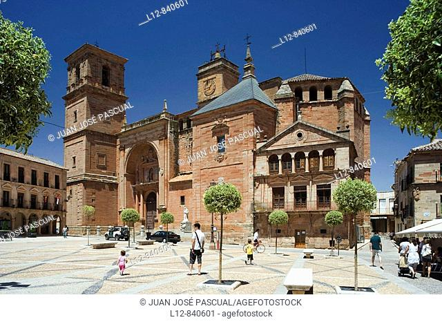 Plaza Mayor e Iglesia de San Andrés Villanueva de los Infantes, provincia de Ciudad Real, Castilla la Mancha, Spain