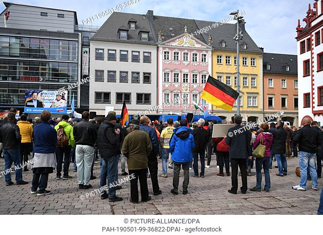 01 May 2019, Saxony, Chemnitz: Participants of an AfD rally gathered at the market square in Chemnitz on 1 May. Photo: Hendrik Schmidt/dpa-Zentralbild/dpa