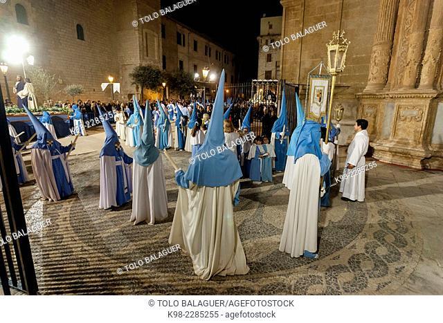 cofradias entrando en la catedral, procesion de jueves santo, Palma, Majorca, Balearic Islands, Spain