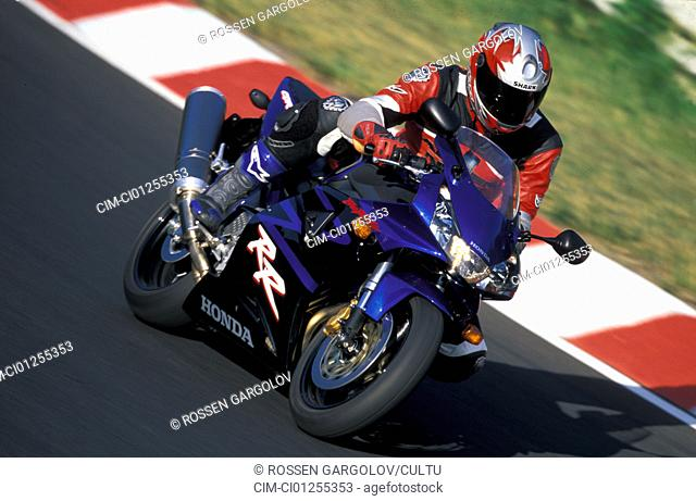 Sports motor cycle, Sportsman, Honda Fireblade, blue, model year 2003, driving, inclined position, Knee on the groand, Side position, side view