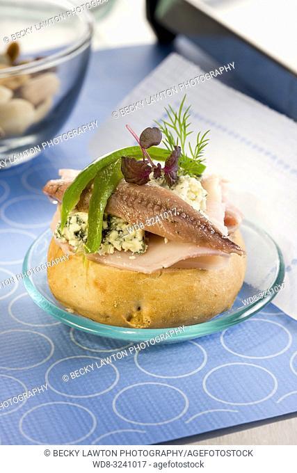 montadito de anchoa, pavo y queso roquefort