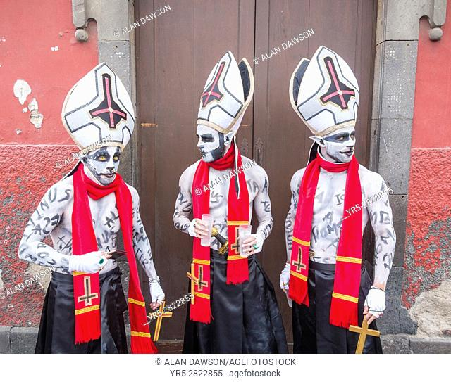 Las Palmas, Gran Canaria, Canary Islands, Spain. 18th Feb, 2017. People in fancy dress celebrating Carnival del Dia in Vegueta, the old quarter of the city