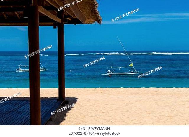 Schöner einsamer Sandstrand in der Karibik mit weißem Sand und blauem Himmel