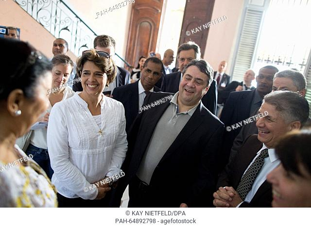 German Economics Minister Sigmar Gabriel (SPD, M) is accompanied by tour guides, interpreters and members of Parliament on a tour through the old city in...