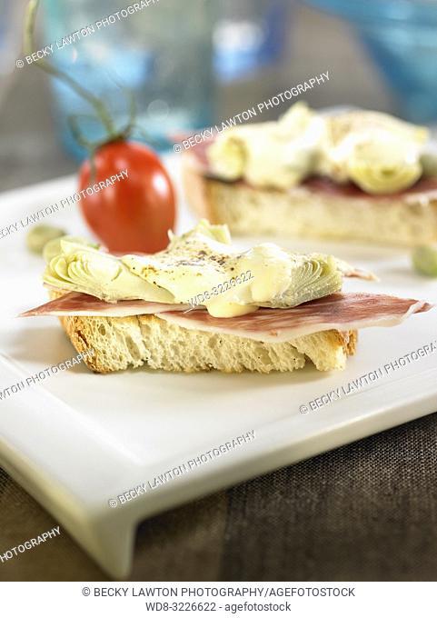 montadito de jamon, alcachofa y habitas con crema de queso / montadito of ham, artichoke and habitas (peas) with cream cheese