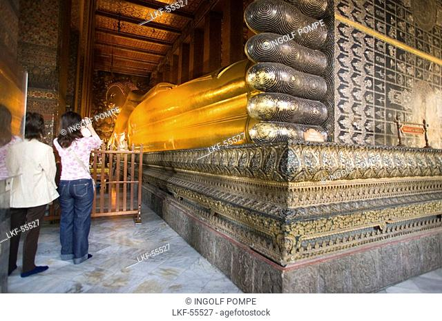 Tourists taking a picture of the golden Reclining Buddha, Wat Pho, The Temple of the Reclining Buddha, the largest and oldest wat in Bangkok, Bangkok, Thailand
