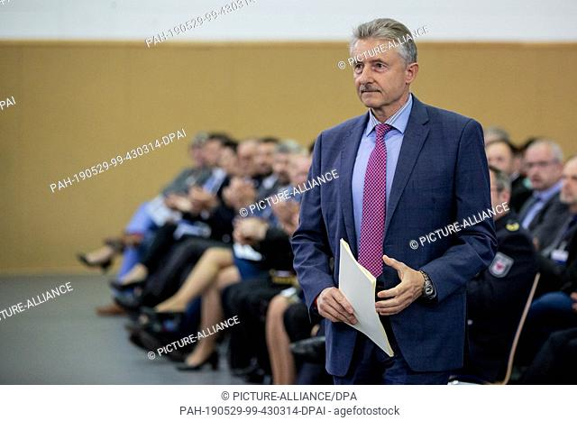 29 May 2019, Brandenburg, Oranienburg: Karl-Heinz Schröter (SPD), Minister of the Interior of Brandenburg, takes the oath of office for the 2018 recruitment...