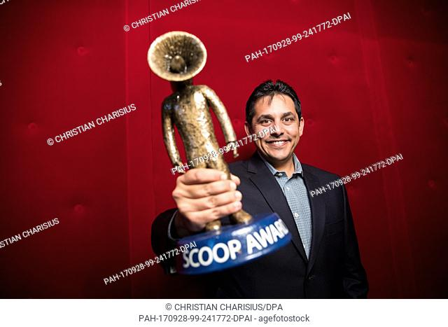 Jigar Mehta of SVP Video Fuion Media holds up the 'Scoop-Award' he won at the media conference 'scoopcamp' at the Kehrwieder Theatre in Hamburg, Germany
