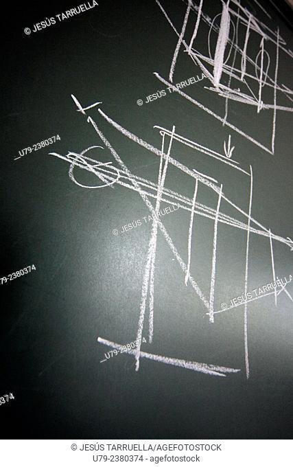 Ejercicios de dibujo técnico y cálculo en la pizarra