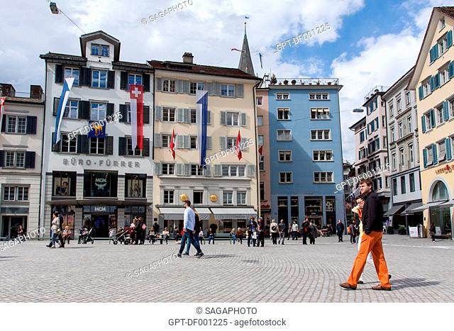 COUPLE STROLLING ON MUNSTERHOF SQUARE AT THE FOOT OF THE FRAUMUNSTER CHURCH IN THE HISTORIC CITY CENTER OF ZURICH, CANTON OF ZURICH, SWITZERLAND