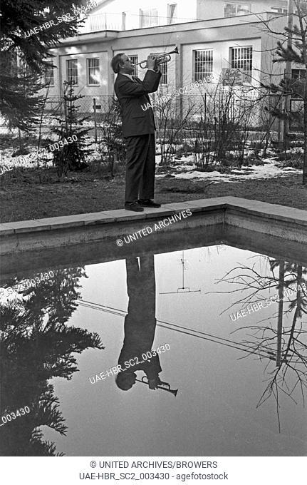 Der Orchesterleiter und Trompeter Pablo Cortez, Deutschland 1960er Jahre. Band leader and trumpeter Pablo Cortez, Germany 1960s. 24x36swNeg112