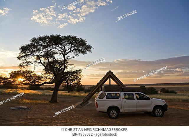 Campsite with a four-wheel vehicle on the Mpayathutlwa Pan, Mabuasehube Game Reserve, Kalahari Desert, Botswana, Africa