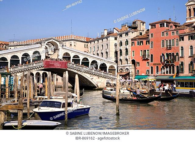 Boats on the Canal Grande in front of the Rialto Bridge, Venice, Veneto, Italy, Europe