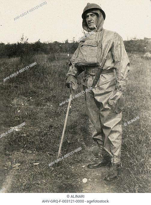 Italian soldier with gas mask during the First World War, shot 1915-1918