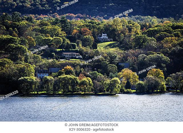 Homes overlooking the Hudson River, Phiipstown, New York, USA