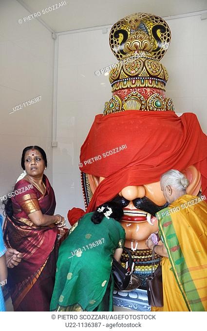 Singapore: Indian women praying at Sri Mariamman Hindu Temple, in Chinatown