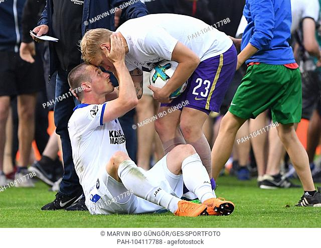 Fair gesture: Triple goalie Soeren Bertram (Aue) defeats Marvin Pourie (KSC). GES / Football / Relegation: FC Erzgebirge Aue - Karlsruher SC, 22.05
