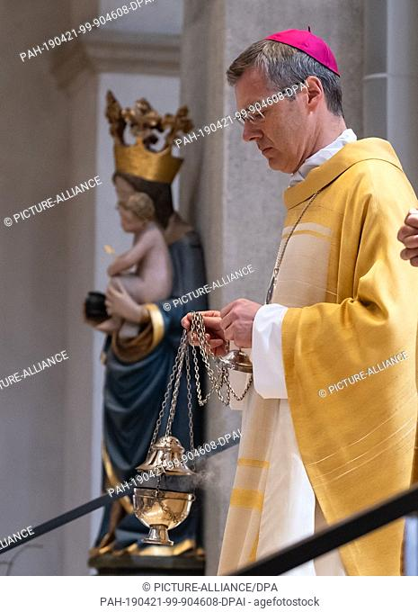 21 April 2019, Lower Saxony, Hildesheim: Heiner Wilmer, the bishop of the diocese of Hildesheim, swivels the incense burner in the cathedral on Easter Sunday