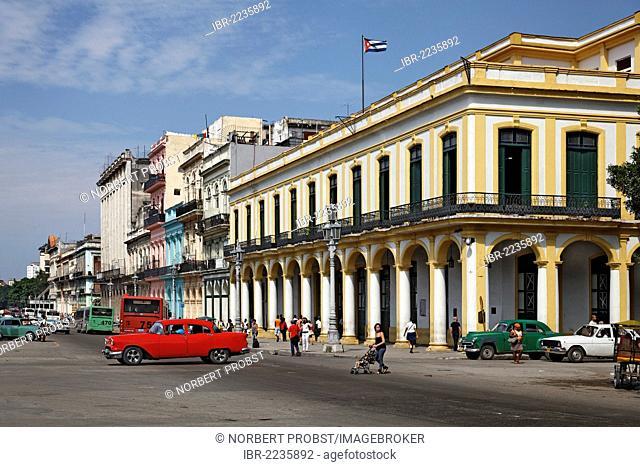 Street, Parseo de Martí, pittoresque, dilapidated facade, passers-by, cars, Cuban flag, Villa San Cristobal de La Habana, old town, La Habana, Havana