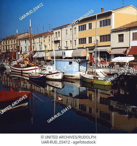 Der Fischerhafen von Cesenatico an der adriatischen Riviera, Italien 1980er Jahre. The fishing port in Cesenatico at the Adriatic Riviera, Italy 1980s