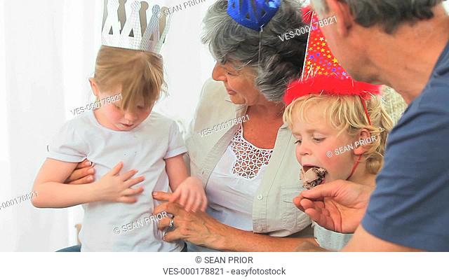 Eine Familie feiert einen Geburtstag