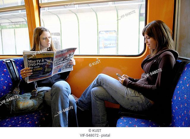 zwei Frauen fahren mit der U-Bahn. - Austria, 25/07/2007